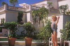 Menina no terno de banho no hotel de Ritz Carlton Fotos de Stock Royalty Free