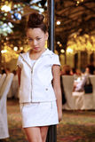 A menina no terno de couro está perto do lamppost decorativo Foto de Stock Royalty Free
