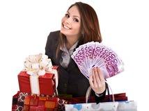 Menina no terno de negócio com dinheiro, caixa de presente, saco. Fotos de Stock