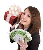 Menina no terno de negócio com dinheiro, caixa de presente vermelha. Fotografia de Stock