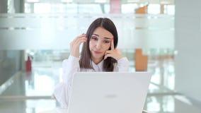 A menina no trabalho no escritório, descontentado porque o portátil não funciona filme