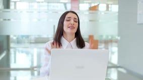 A menina no trabalho na tabela é emocional, preocupou-se porque o portátil quebrou video estoque
