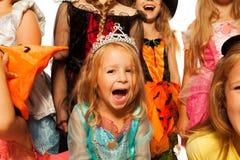 Menina no traje de Dia das Bruxas isolado no branco Fotos de Stock