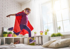 Menina no traje de um superman Fotos de Stock