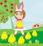 Menina no traje do coelho e em pintainhos pequenos doces ilustração stock
