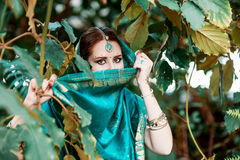 A menina no traje indiano azul Fotografia de Stock Royalty Free