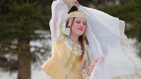 Menina no traje nacional russian video estoque