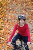 Menina no trajeto da bicicleta da queda Fotografia de Stock Royalty Free