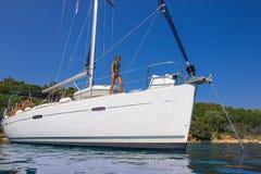 Menina no veleiro Fotografia de Stock