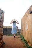 Menina no verão nas paredes da fortaleza Fotografia de Stock Royalty Free