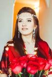 Menina no vermelho com rosas foto de stock