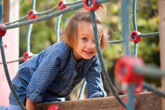 Menina no vestido azul no campo de jogos Imagem de Stock
