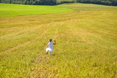 Menina no vestido branco no campo da corrida da tarde foto de stock royalty free