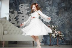 A menina no vestido branco dansing imagens de stock royalty free