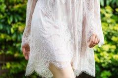 Menina no vestido branco do laço foto de stock