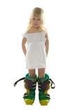 Menina no vestido branco e em carregadores de esqui grandes Imagens de Stock