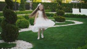 Menina no vestido branco vídeos de arquivo