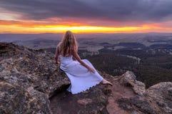 Menina no vestido branco longo que olha o por do sol em Mt Blackheath foto de stock
