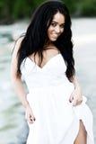 Menina no vestido branco pela praia imagens de stock royalty free