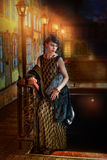 Menina no vestido de noite perto da lâmpada de rua Fotos de Stock Royalty Free