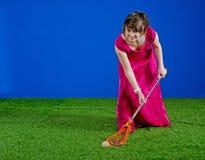 Menina no vestido do baile de finalistas que joga com vara do lacrosse Imagem de Stock