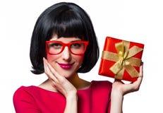 Menina no vestido e em vidros vermelhos com caixa atual imagem de stock royalty free