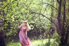 A menina no vestido feericamente anda nas madeiras Imagem de Stock