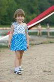 Menina no vestido na praia Foto de Stock
