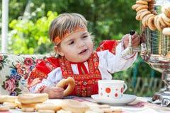 Menina no vestido nacional do russo Imagens de Stock