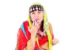 A menina no vestido oriental emite um beijo Fotografia de Stock