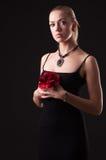 A menina no vestido preto com vermelho levantou-se Fotos de Stock
