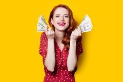 Menina no vestido vermelho com dinheiro Fotos de Stock Royalty Free