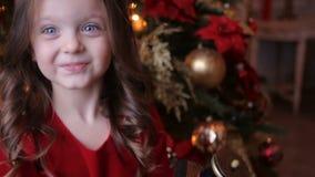 A menina no vestido vermelho joga o brinquedo de c vídeos de arquivo
