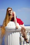 Menina no vestido vermelho na praia Imagens de Stock Royalty Free