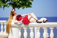 Menina no vestido vermelho na praia Fotos de Stock Royalty Free