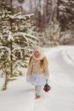 Menina no xaile do russo Fotografia de Stock Royalty Free