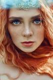 Menina norueguesa do ruivo bonito com olhos e as sardas grandes na cara no retrato da floresta do close up da mulher do ruivo na  imagens de stock royalty free