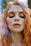 Menina norueguesa do ruivo bonito com olhos e as sardas grandes na cara no retrato da floresta do close up da mulher do ruivo na  fotografia de stock royalty free