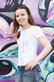 A menina nos óculos de sol aproxima a parede dos grafittis Fotos de Stock