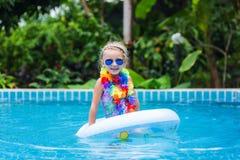 Menina nos óculos de sol e flutuação no círculo na associação em um recurso nos trópicos Fotografia de Stock