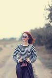 Menina nos óculos de sol e na câmera Imagem de Stock Royalty Free