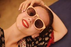 A menina nos óculos de sol gosta da hippie fotografia de stock