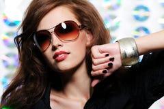 Menina nos óculos de sol modernos Fotografia de Stock Royalty Free