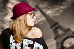 Menina nos óculos de sol na torre Eiffel borrada Fotografia de Stock Royalty Free