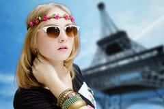 Menina nos óculos de sol na torre Eiffel borrada Foto de Stock Royalty Free