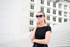 Menina nos óculos de sol que levantam em escadas e que constroem em França Imagem de Stock Royalty Free