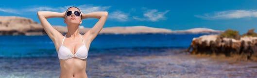 Menina nos óculos de sol que relaxam no mar Conceito das férias Imagens de Stock