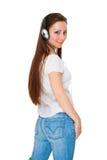 A menina nos auscultadores escuta a música Foto de Stock Royalty Free