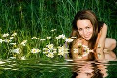 A menina nos camomiles Foto de Stock Royalty Free