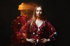 Menina nos efeitos coloridos luz Foto de Stock Royalty Free